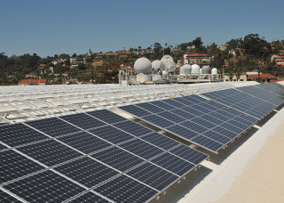 800px-US_Navy_110803-N-UN340-067_A_view_of_solar_panels_recently_installed_on_the_roof_of_Space_and_Naval_Warfare_Systems_Command_Headquarters,_Old_Town
